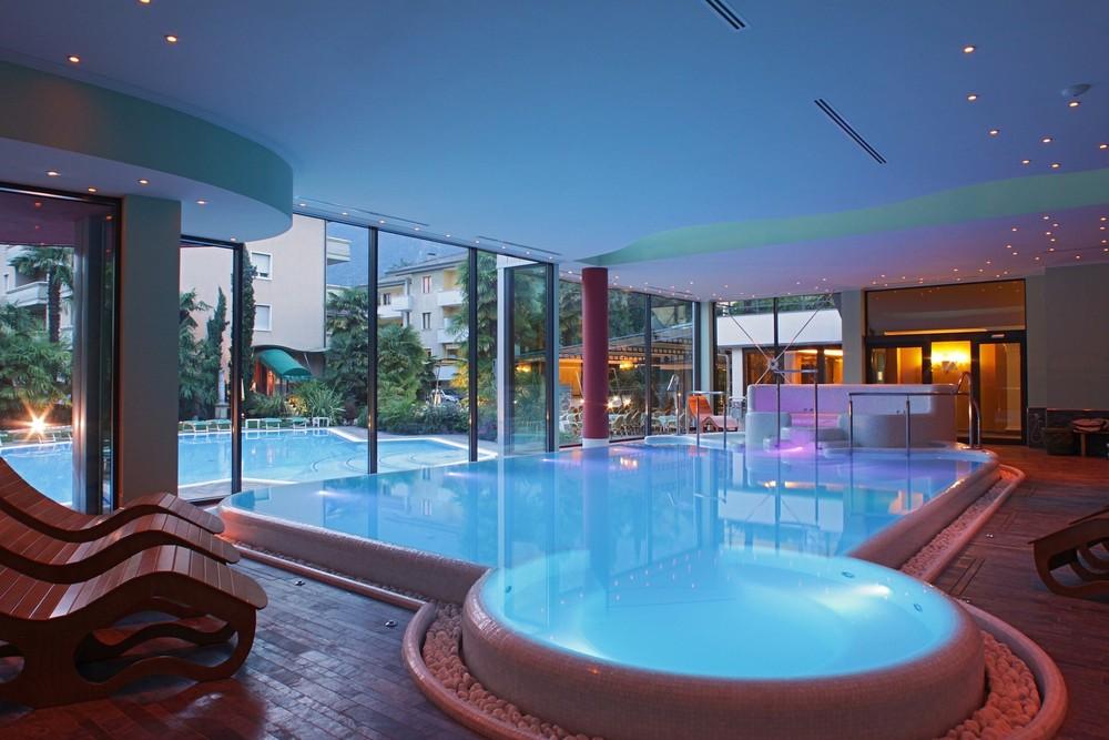 Piscine interrate per centri benessere wellness creation - Docce per piscine esterne ...