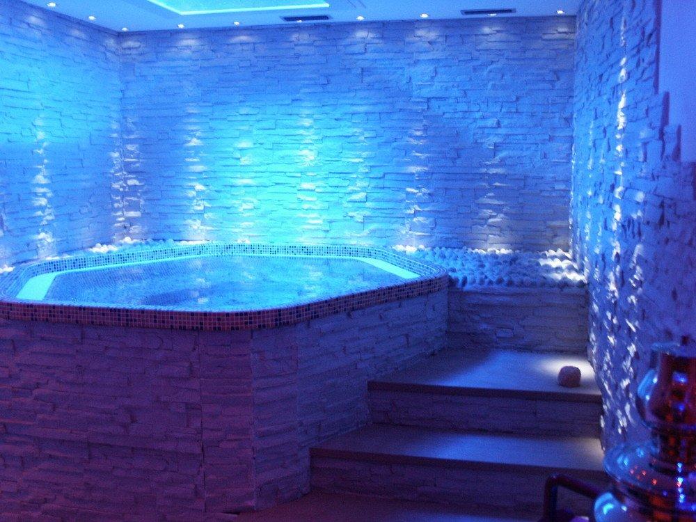 Vasche idromassaggio prefabbricate e su misura wellness creation - Vasche da bagno su misura ...
